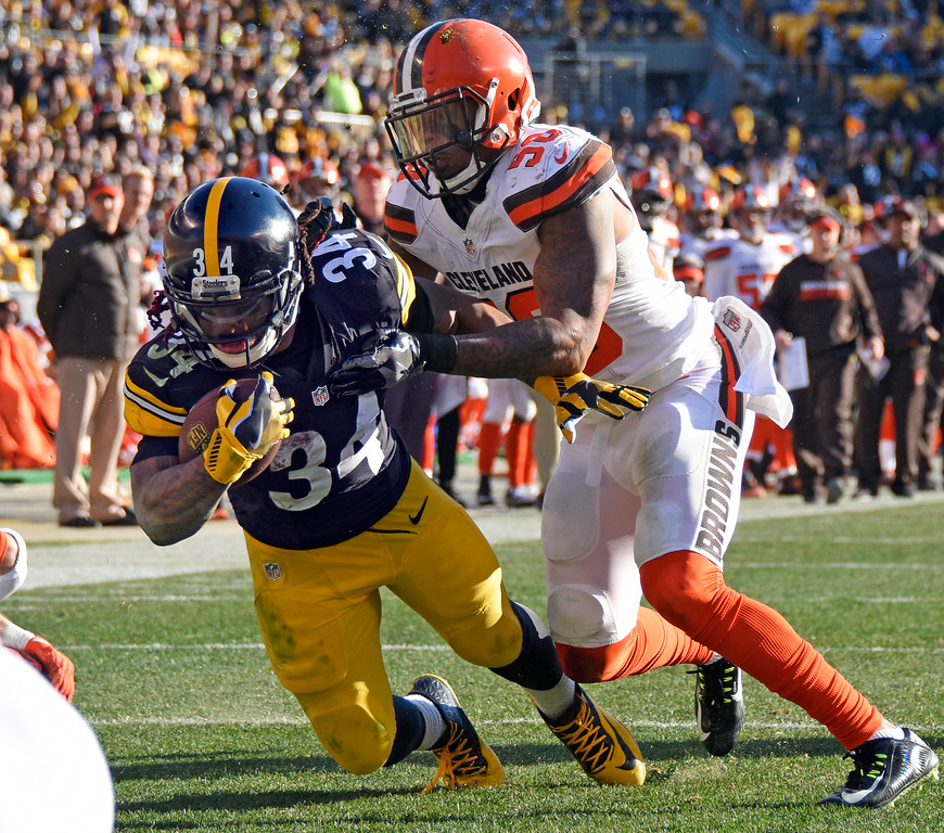 . Pittsburgh Steelers running back DeAngelo Williams (34) falls into the end zone for a touchdown with Cleveland Browns inside linebacker Christian Kirksey (58) defending during the first half of an NFL football game in Pittsburgh, Sunday, Jan. 1, 2017. (AP Photo/Don Wright)