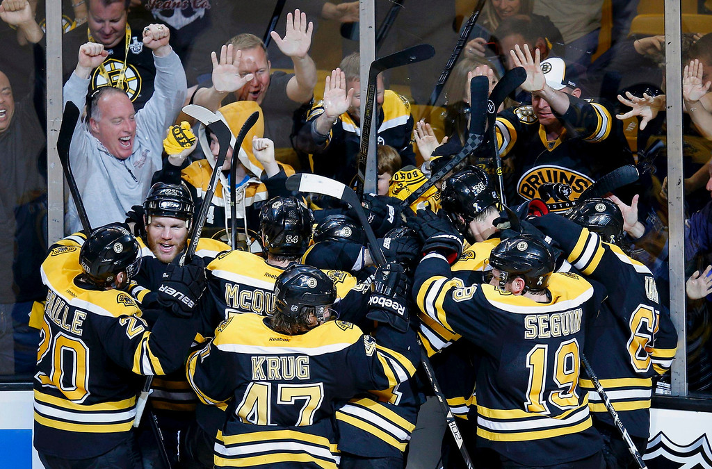 . The Boston Bruins celebrate the win over the Pittsburgh Penguins in double overtime in Game 3 of their NHL Eastern Conference finals hockey playoff series in Boston, Massachusetts, June 5, 2013.  REUTERS/Brian Snyder