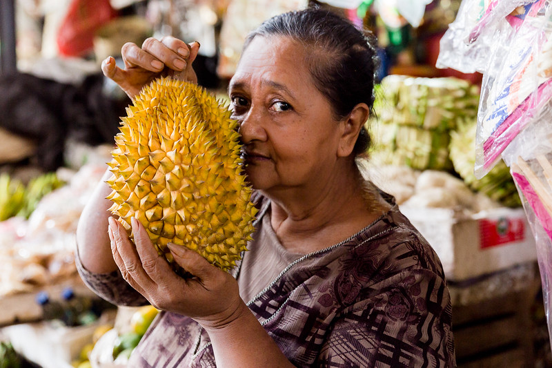 Picking the right fruit at a market in Tabanan Regency on a boomer #vacation in #Bali.