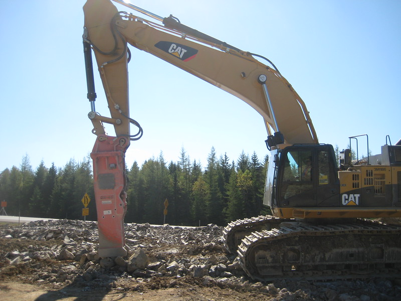 NPK GH40 hydraulic hammer on Cat excavator (5).jpg