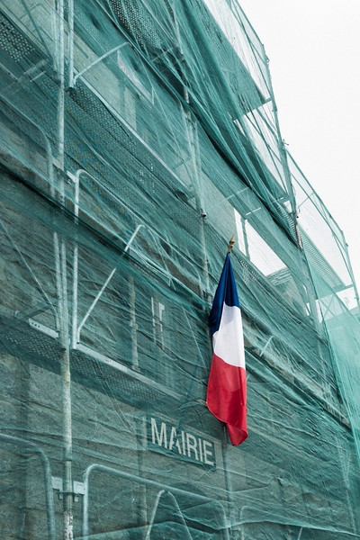 FRENCH_FLAG_STICKING_OUT_MAIRIE_TRAVAUX_NASBINALS_LOZERE.jpg