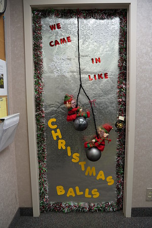 HK Marion Christmas Door Decorating 2018