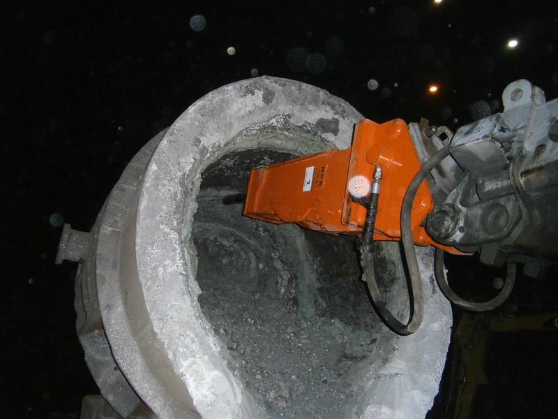 NPK GH4 hydraulic hammer deskulling slag pot in steel mill(32).JPG