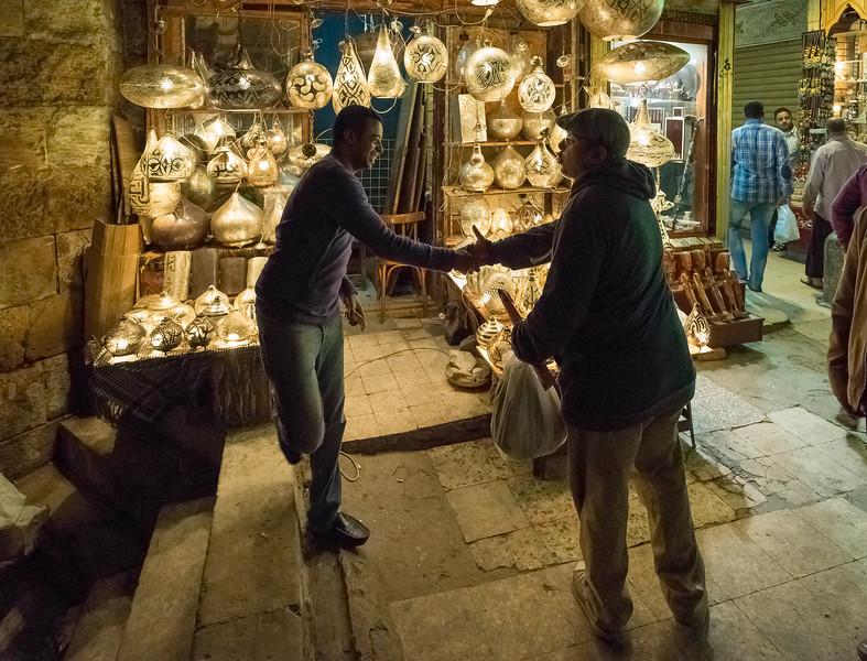 El vendedor de lámparas. Zoco de Jan el-Jalili (en árabe, خان الخليلي) Cairo. Egipto