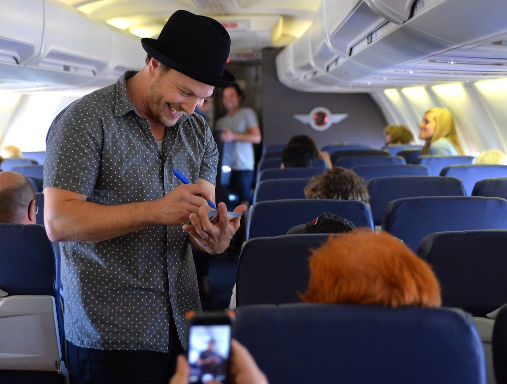 . 0822_NWS_TDB-L-SOUTHWEST-- 20130821 - Los Angeles, CA -- Staff Photo: Robert Casillas / LANG --- Southwest Airlines passengers traveling from Phoenix to LAX were treated to a mini-concert by singer-songwriter Gavin DeGraw Wednesday. The performance was part of  Live at 35 series. Autographs.
