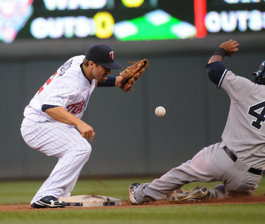 . Minnesota second baseman Brian Dozier bobbles the ball during the fourth inning. (Pioneer Press: John Autey)