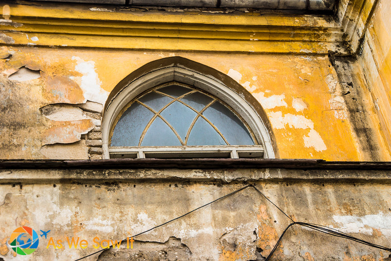 Old window on Balfur next to Allenby