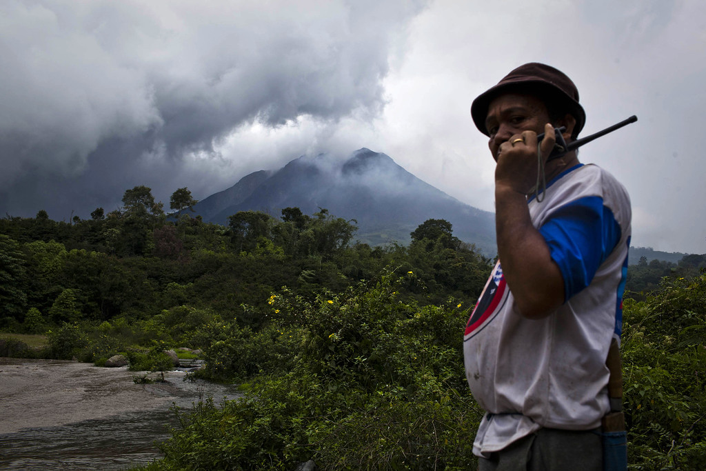 . A villager watching cold lava flow from mount Sinabung in Gamber village on November 15, 2013 in Karo district, South Sumatra, Indonesia.   (Photo by Ulet Ifansasti/Getty Images)