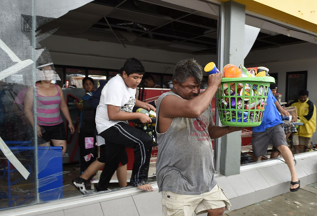 . People loot a supermarket in Cabo San Lucas on September 15, 2014 after hurricane Odile knocked down trees and power lines in Mexico\'s Baja California peninsula.  AFP PHOTO/RONALDO  SCHEMIDT/AFP/Getty Images