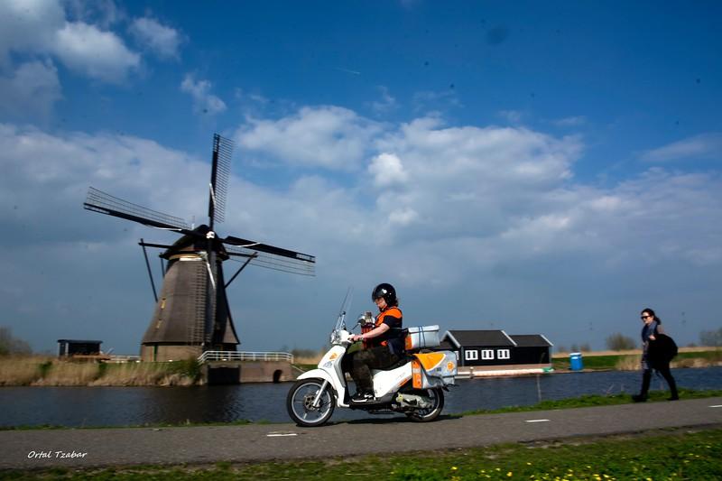 אופנוע וטחנת רוח.jpg