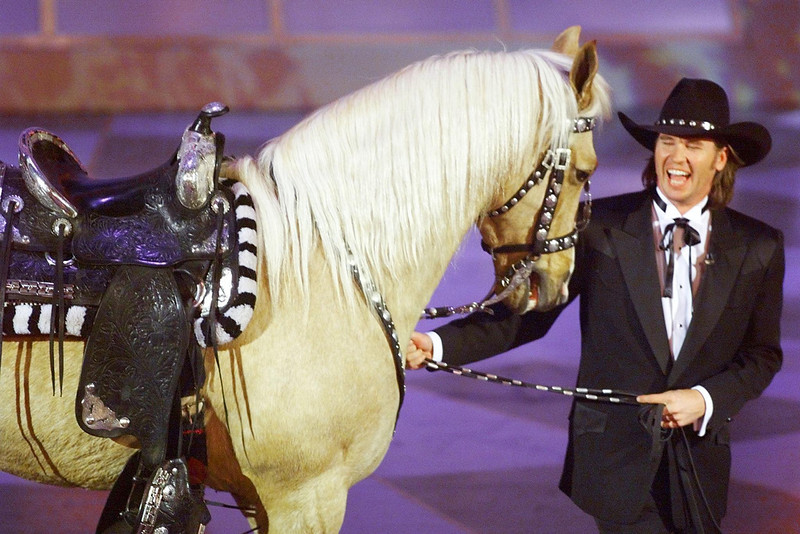 . Actor Val Kilmer walks out with a horse after he introduced a special segment in honor of singing cowboys Roy Rogers and Gene Autry during the 71st Academy Awards 21 March 1999 at the Dorothy Chandler Pavilion in Los Angeles, CA. TIMOTHY A. CLARY/AFP/Getty Images