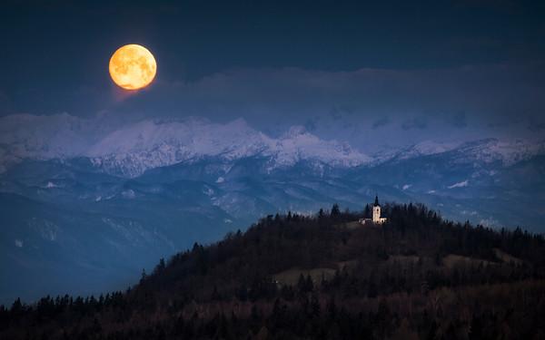 Moonset over Štefanja gora
