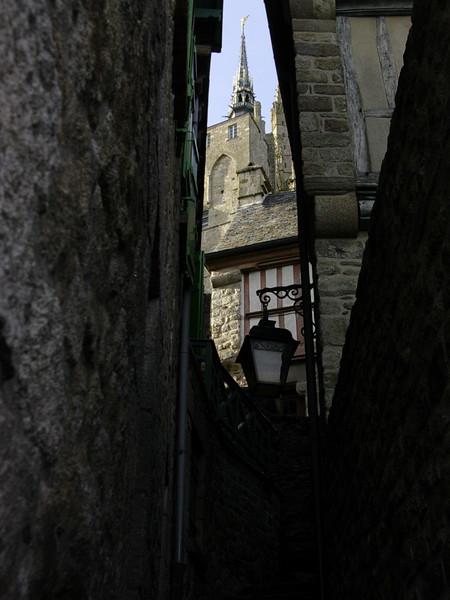 Klosterkirkens tårn fra smug i Grand Rue (Foto: Ståle)