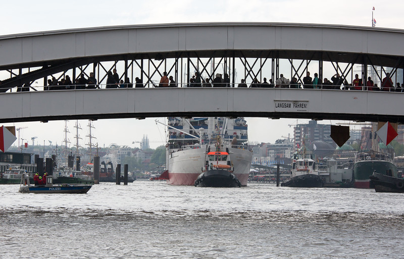Museumschiff Cap San Diego legt eine Überseebrücke an