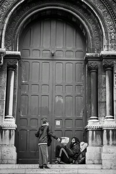 Kind gesture outside Sacre Coeur