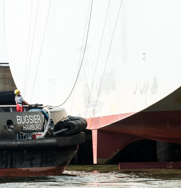 BUGSIER 7 am Heck beim anbinden Containerschiff