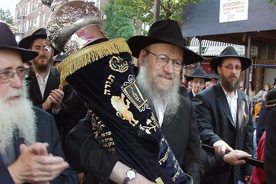 Hachnosas Sefer Torah in memory of R. Avraham D. Wilhelm, a''h, June 2004, Crown Heights.