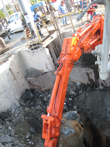 NPK B6500 pedestal boom system-secondary rock breaking at gyratory crusher (1).jpg