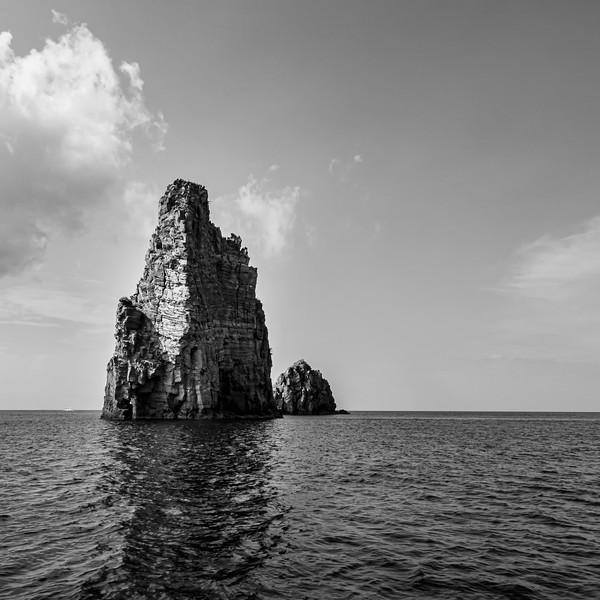 Liparische Inseln - Felsen vor Vulkan