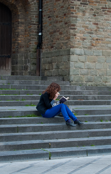 Girl reading in Brussel