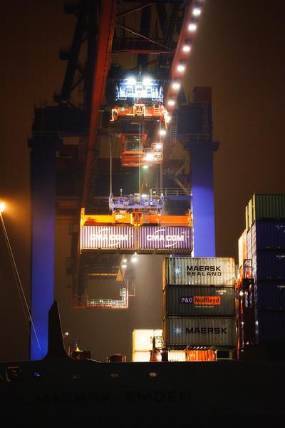 Container werden von einem Containerschiff entladen in der Nacht in Hamburg am Burchardkai