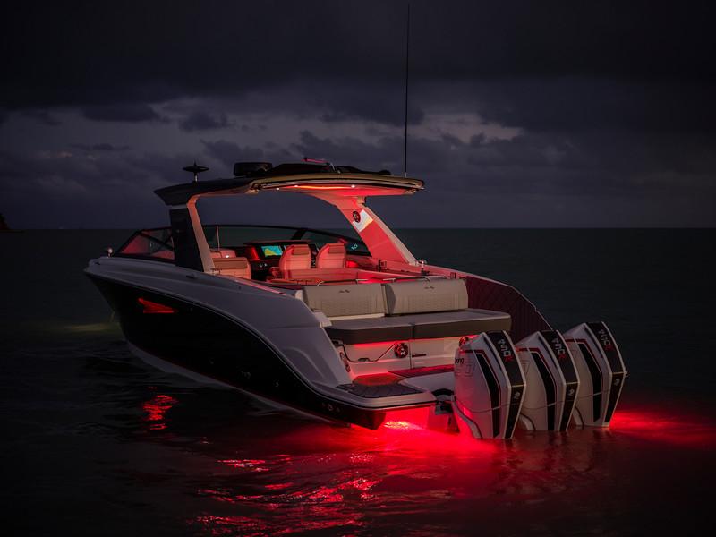 2020-SLX-R-400-e-Outboard-underwater-lights-01.jpg