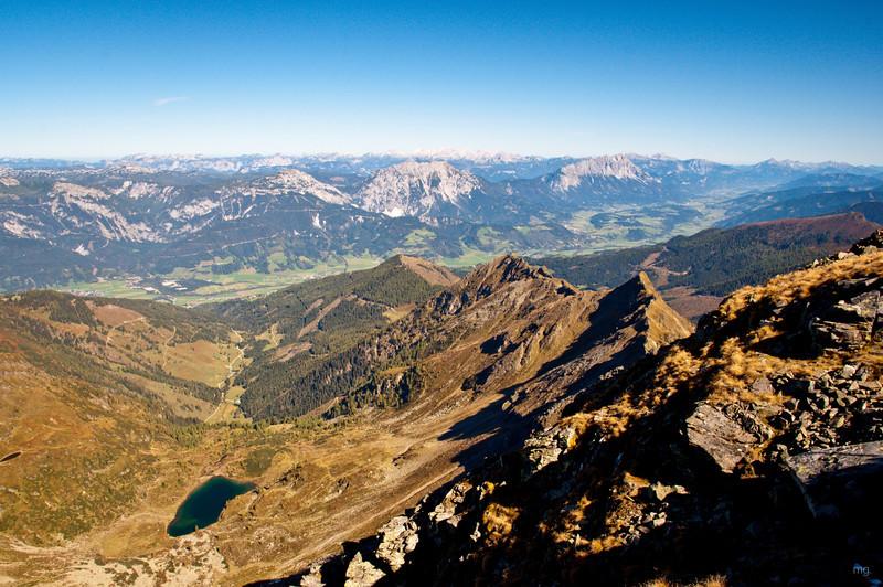 Blick Richtung Liezen mit Grimming, am Horizont ist das Tote Gebirge zu erkennen.