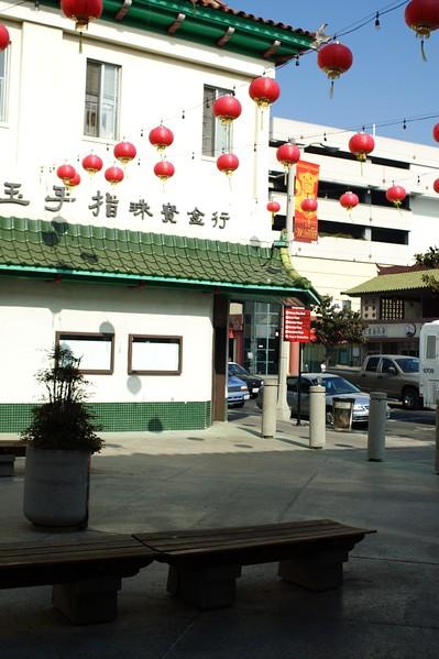ChinatownWestPlaza009-BuildingAndDecorationsNextToHill-2006-10-25.jpg