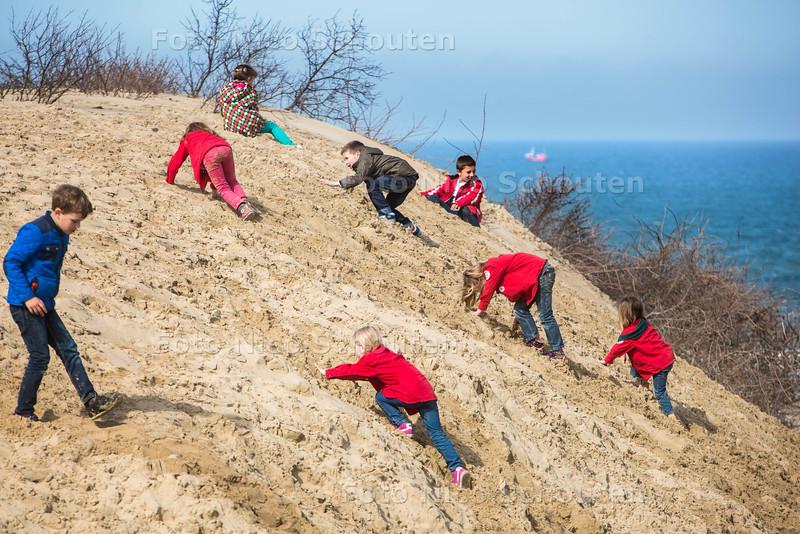 Duinenmars - kinderen grijpen onderweg hun kans- DEN HAAG 12 APRIL 2015 - FOTO NICO SCHOUTEN