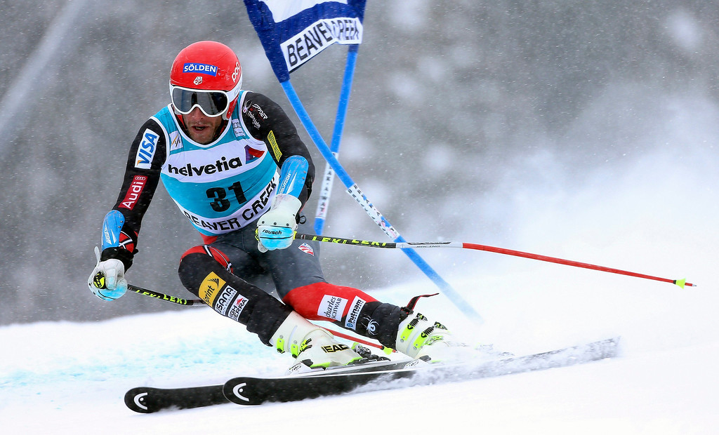 . Bode Miller of the USA clears a gate during the first run in the men\'s Giant Slalom race at the FIS Alpine Skiing World Cup in Beaver Creek, Colorado, USA, 08 December 2013.  EPA/GEORGE FREY