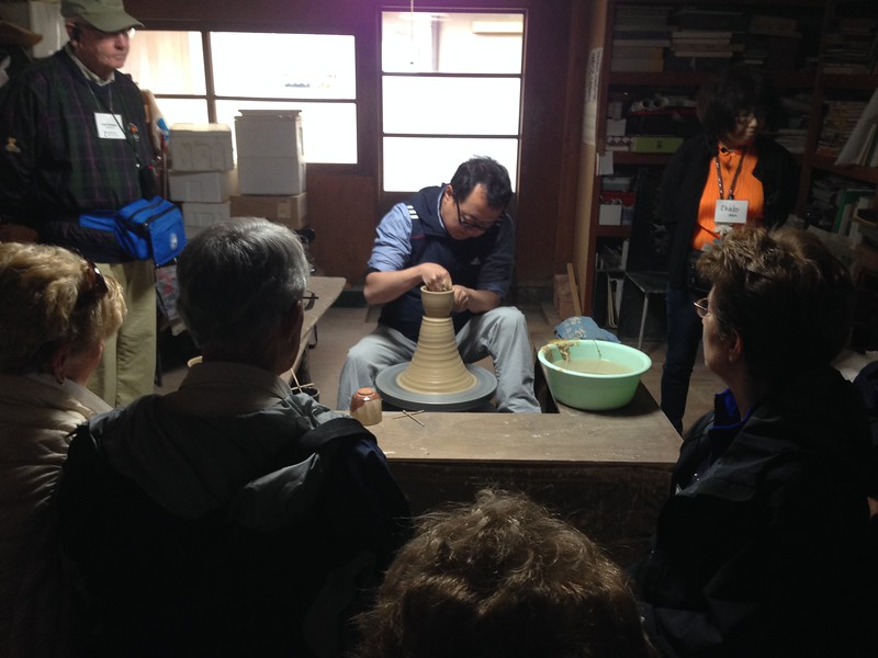 Master potter Nosaka Koegtsudo in Hagi - Leslie Rowley S95