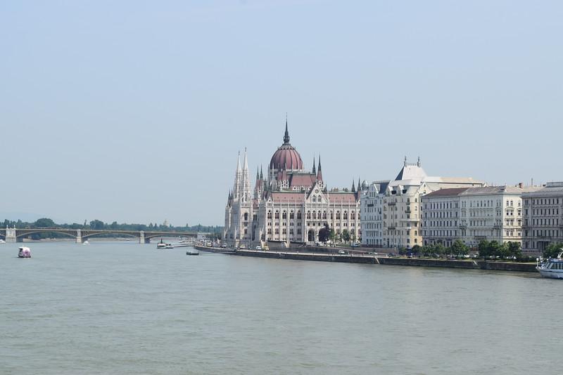 Vista del Parlamento hungaro desde el Danubio