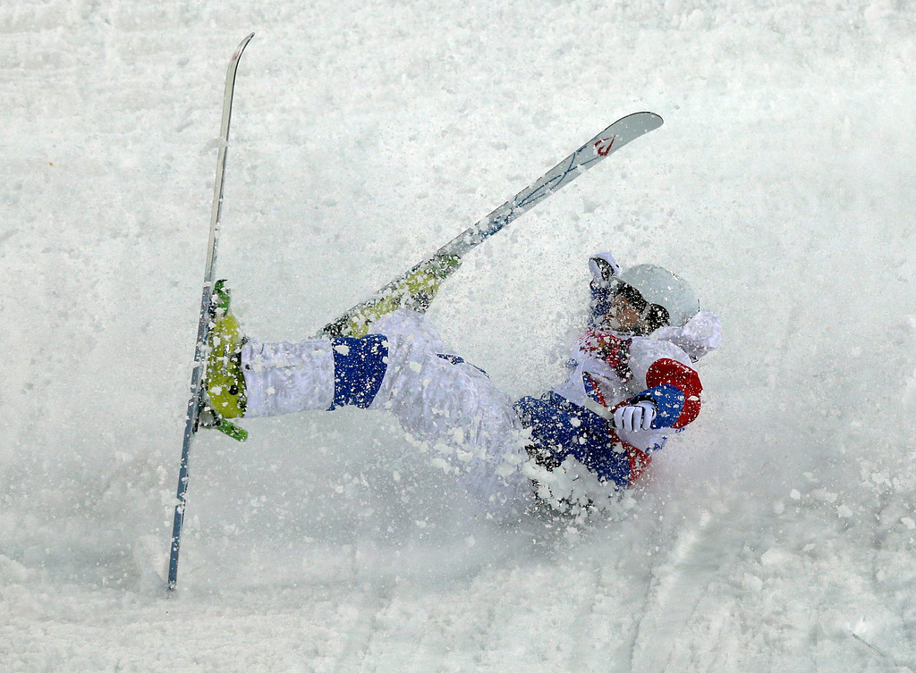 . Russia\'s Sergei Volkov crashes during the men\'s moguls qualifying at the Rosa Khutor Extreme Park at the 2014 Winter Olympics, Monday, Feb. 10, 2014, in Krasnaya Polyana, Russia. (AP Photo/Andy Wong)