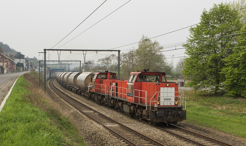 6509+6506 drag the limestone loads 47616 (Bressoux - Veendam/NL) downriver through Wandre.