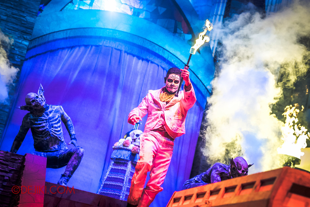 Halloween Horror Nights 6 - March of the Dead scare zone / The Resurrection show - The Host sets the casket on fire