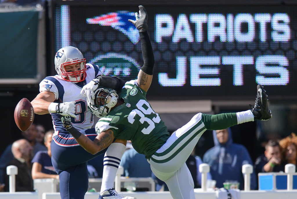 . Free Safety Antonio Allen #39 of the New York Jets breaks up a pass to tight end Rob Gronkowski #87 of the New England Patriots during the 2nd quarter against the New York Jets at MetLife Stadium on October 20, 2013 in East Rutherford, New Jersey. (Photo by Ron Antonelli/Getty Images)