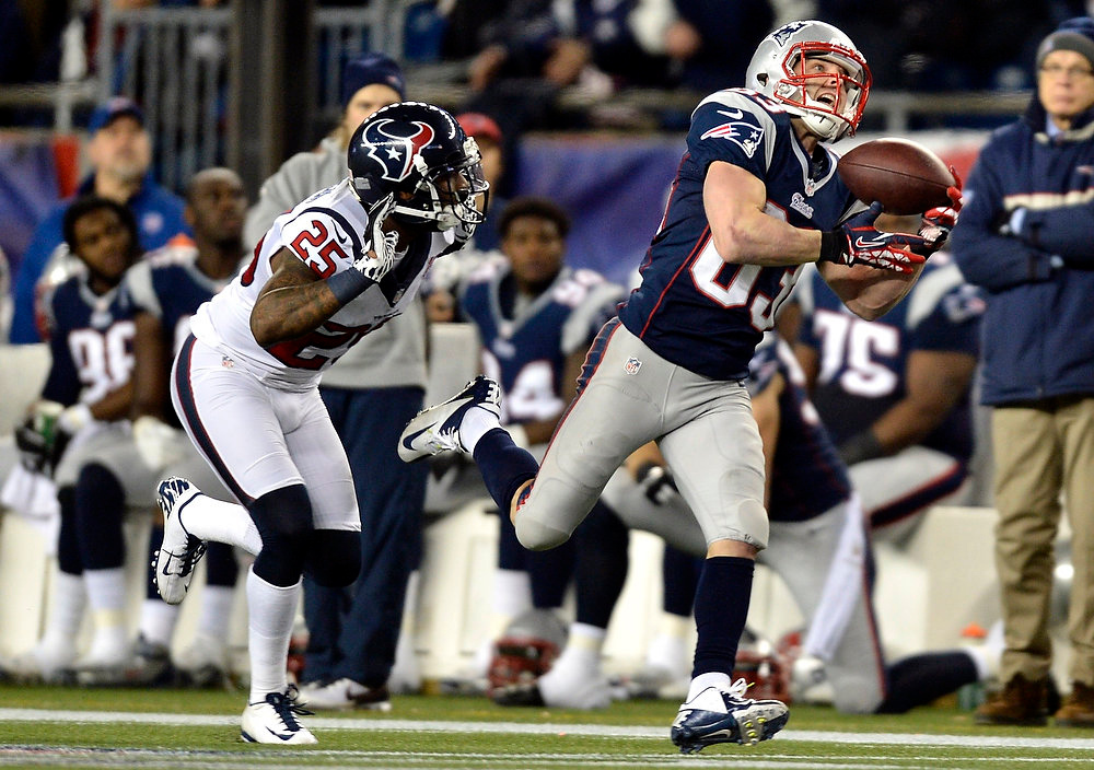 Description of . New England Patriots wide receiver Wes Welker (83) makes a catch on a long pass from quarterback Tom Brady past Houston Texans\' Glover Quin during the second quarter of their NFL AFC Divisional playoff football game in Foxborough, Massachusetts January 13, 2013.    REUTERS/Gretchen Ertl