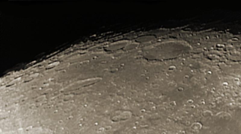 Měsíc 13.4.2014 cca. 3:15 SELČ - oblast jižního pólu. Velký kráter vpravo nahoře je Shickard, průměr zhruba 230 kilometrů, podlouhlý dvojitý kráter vlevo uprostřed je Schiller.