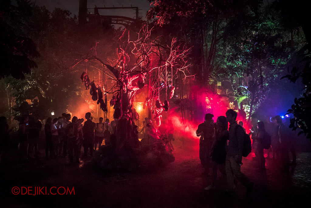 Halloween Horror Nights 6 - Suicide Forest scare zone / Suicide crowds