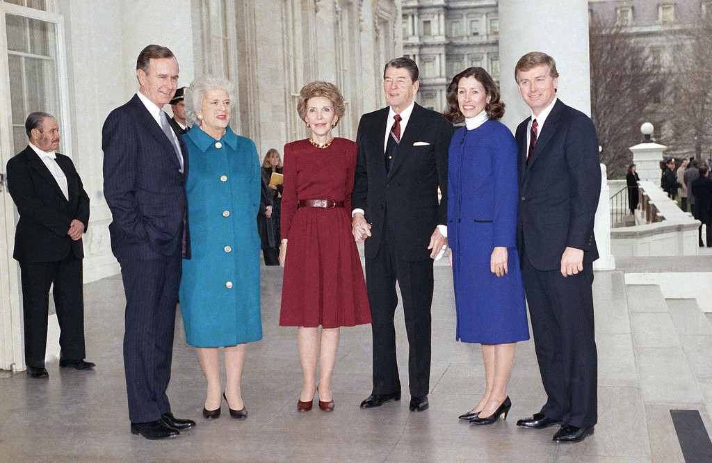 . U.S. President Ronald Reagan and Mrs. NancyReagan, center, pose with President-elect George H. and Mrs. Barbara Bush, left, and Vice President-elect Dan Quayle and Mrs. Madelyn Quayle at the White House, Friday, Jan. 20, 1989, prior to the swearing-in ceremony on Capitol Hill. (AP Photo/Scott Applewhite)