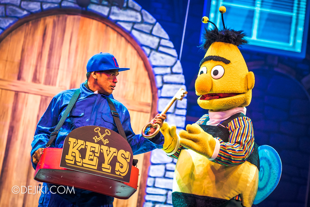 Halloween Horror Nights 7 Before Dark 2 Preview Update / New Show at Pantages Hollywood Theatre - Trick or Treat with Sesame Street - The Key guy selling keys