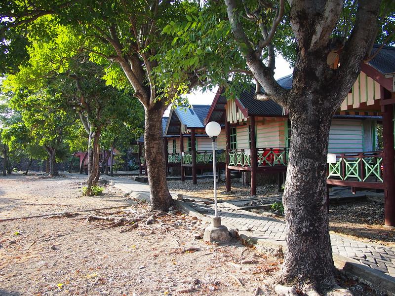 P9099106-bira-beach-hotel-bungalows.JPG