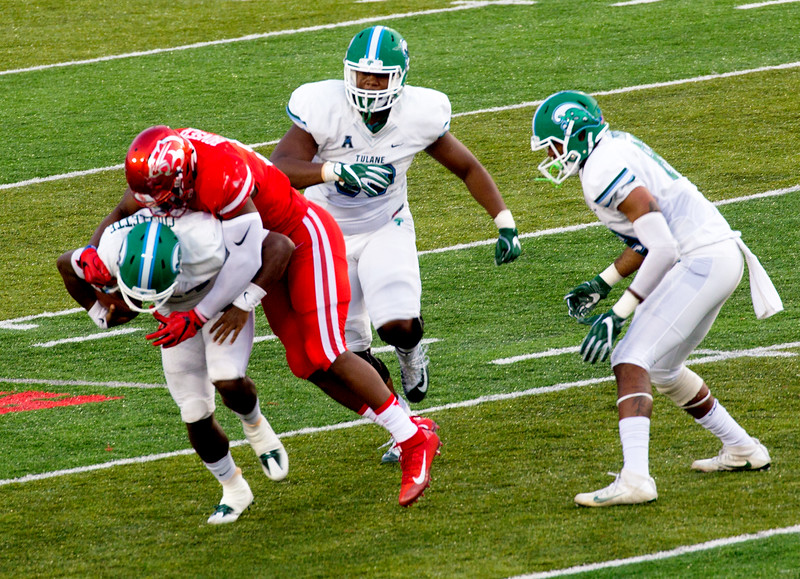 UH's Bowser sacks Cuielette for a loss of 4.