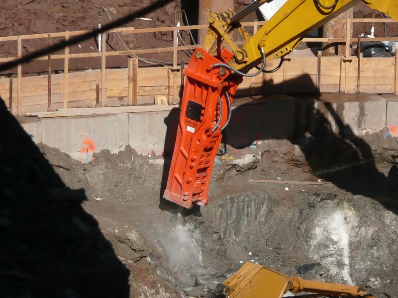 NPK GH50 hydraulic hammer on Testa excavator (23).JPG