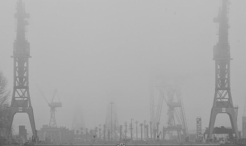 Werftkräne von Blohm und Voss bei Nebel Hamburg