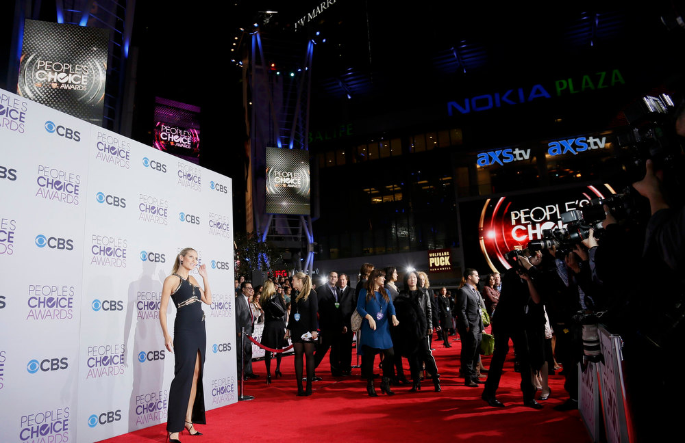 Description of . Model and television personality Heidi Klum poses as she arrives at the 2013 People's Choice Awards in Los Angeles, January 9, 2013.   REUTERS/Danny Moloshok