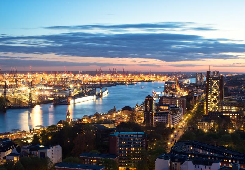 Michel Ausblick nach Westen mit Elbe Hafen Hamburg