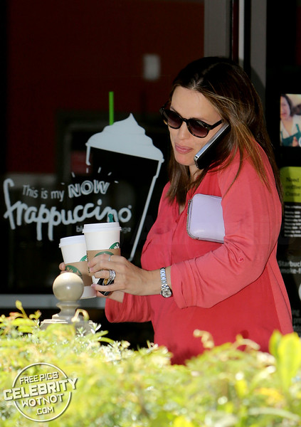 Jennifer Garner Multitasking On The Starbucks Coffee Run, Los Angeles