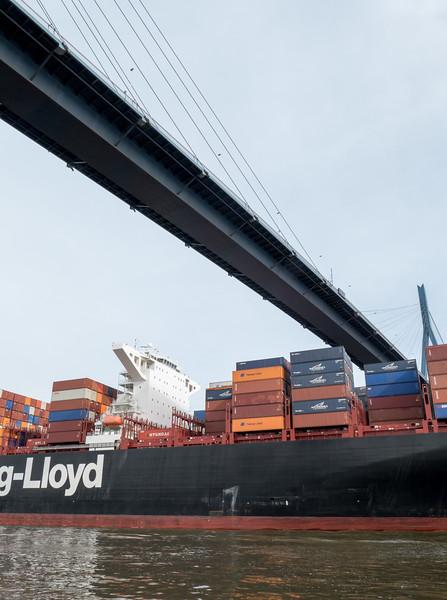 Containerschiff unterquert die Köhlbrandbrücke im Hamburger Hafen auf der Elbe