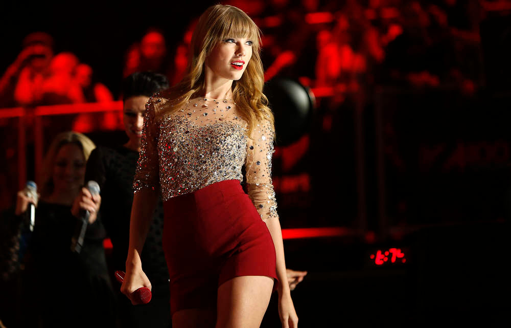 Description of . Singer Taylor Swift performs during the Z100 Jingle Ball at Madison Square Gardens in New York, December 7, 2012.    REUTERS/Carlo Allegri